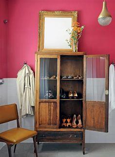 Aquela cristaleira antiga não combina mais com a #cozinha ou a #sala de jantar? Você pode adaptar o móvel à outra necessidade, esta aqui virou uma bela sapateira.  Decoração criativa é assim, une beleza e funcionalidade! #home #criatividade