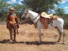 Um nordestino e seu cavalo. Note os detalhes em couro. O chapéu do sertanejo é característico da região. http://www.portalanaroca.com.br/ainda-e-o-meio-de-transporte-neste-brasil-afora/