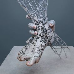 Wire Sculptures of Hands and Faces with Digital Elements by Yuichi Ikehata. He combines photography, sculpture, and digital editing to create hybrid works that meld together reality and his own fictionalized interpretation. Organic Sculpture, Sculpture Metal, Modern Sculpture, Abstract Sculpture, Sculptures Sur Fil, Wire Sculptures, Street Art, Colossal Art, 3d Prints