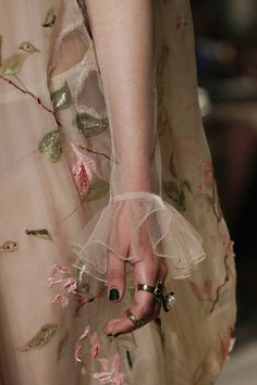 See all the Details photos from Valentino Autumn/Winter 2016 Couture now on British Vogue Couture Mode, Style Couture, Couture Details, Fashion Details, Couture Fashion, Runway Fashion, High Fashion, Fashion Show, Womens Fashion