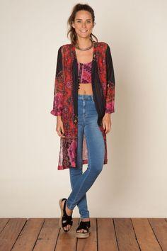 quimono + top + jeans + gargantilha