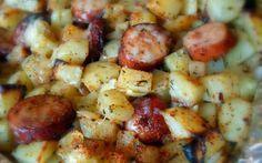 Πατάτες με λουκάνικα χωριάτικα στο φούρνο! Οταν θές κάτι γρήγορο και πεντανόστιμο Υλικά – 300 γραμμάρια λουκάνικο χωριάτικο κομμένο σε φέτες – 4 μεγάλες πατάτες κομμένες σε κύβους – 1 μεγάλο κρεμμύδι – 3 κουταλιές ελαιόλαδο – 1/2 κουταλιά της σούπας πικάντικο αλάτι – 1/2 κουταλάκι του γλυκού σκόνη σκόρδου – 1/2 κουταλάκι του γλυκού …