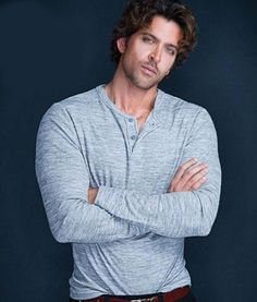 Hrithik Roshan is Bollywood's Greek God. Hrithik loves to wear tracks and hoodies when he's out on casual dos, but makes sure he suits up at red carpet events. Bollywood Stars, Bollywood Fashion, Hrithik Roshan Hairstyle, Jodhaa Akbar, Most Handsome Men, Handsome Actors, Film Industry, Bollywood Celebrities, My Idol