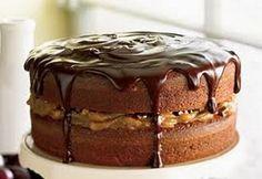 """750g vous propose la recette """"Gâteau étagé aux brisures de chocolat et au caramel, glaçage fondant au chocolat"""" notée 4.2/5 par 18 votants."""