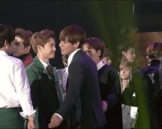 Dang, BTS, EXO, BTOB, and VIXX all in one gif. It's cool to see how they're all friends thou