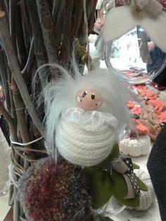 Angelo by Le pigottine di Vanda con capelli pazzi e corpo fatto da un tubolare di lana bianca