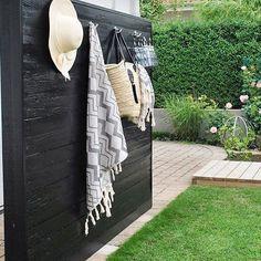 UTEMILJÖ ➰ En av Utemiljödrottningarna är onekligen @cessansplace 🌟 Man får inspiration till både trädgårdslösningar och till altaner. Fina spaljéer, rabatter, insynsskydd och loungeavdelningar från egna tomten. Här en härlig svartmålad trävägg med krokar för handdukar, kläder och väskor. HETT TIPS är de underbara Hamamhanddukarna från @clasohlsonsverige (men spar för bövelen 4 st åt mig tills jag kommer hem från Grekland 💸🏃💨)