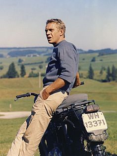"Steve McQueen on a motorcycle during the shooting of a scene in the 1963 John Sturges film ""The Great Escape"" "" The Sorrows of Gin. Marlon Brando, Foto Glamour, Steeve Mcqueen, Steve Mcqueen Style, Celebridades Fashion, Ali Mcgraw, Tv Star, Best Dressed Man, Well Dressed"