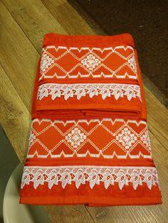 Conjunto de 2 peças da Karsten, modelo Nina, na cor vermelho, bordado em ponto reto e falso crivo, com aplicação de pérolas de plástico e renda guipir.    99% Algodão  1% viscose    Toalha de banho: 67 x 1,40 cm  Toalha de rosto: 49 x 80 cm Bargello, Towel, Weaving, Embroidery, Hand Towels, Toilet Paper Art, Bath Linens, Embroidered Towels, Bedspreads