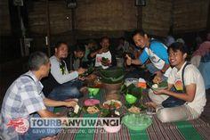 Paket gathering kantor sedang menikmati Pecel Pitik khas Banyuwangi di Desa Kemiren