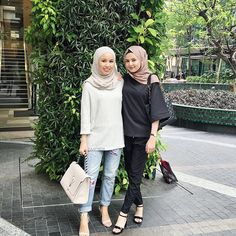 What we wore to @maybellinemalaysia's #makeithappen  (Wearing hijab from @poplook, shirt from @pullandbear, pacthed jeans from @cottonon, heels from @charleskeithofficial, new handbag from @anyahindmarch)