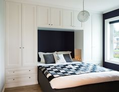 Bilderesultat for skap bygget opp rundt seng ikea Bedroom Built Ins, Small Master Bedroom, Bedroom Storage, Bedroom Cupboard Designs, Wardrobe Design Bedroom, Home Room Design, Interior Design Living Room, Small Condo Decorating, Home Decor Bedroom