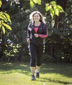 PLATTA SKOR GÅR BORT. Mia Lindberg har lärt sig att använda skor med stöd för hålfoten – och att tejpa fötterna när hon springer. Namn: Mia Lindberg. Ålder: 49. Yrke: Specialpedagog. Familj: Särbo, utflyttad son och bonusbarn. Bor: Borlänge.