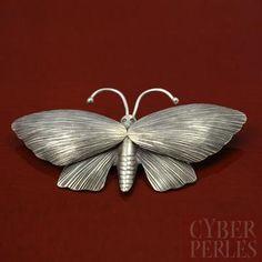 Spendide grand pendentif papillon en argent 950/1000, fabriqué par des tribus Karen (Thaïlande). Karen hill tribe sterling silver large butterfly pendant.
