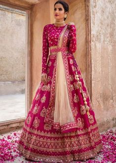 Hairstyles for the reception Desi Bride Style Indian Wedding Gowns, Indian Bridal Outfits, Indian Gowns Dresses, Wedding Lehnga, Indian Bridal Wear, Indian Designer Outfits, Bridal Dresses, Wedding Wear, Wedding Ceremony