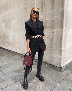 Luxury World Central – Your daily source content of luxury world. Winter Fashion Outfits, Look Fashion, Daily Fashion, Autumn Winter Fashion, Casual Outfits, Womens Fashion, Mode Jeans, All Black Outfit, Black Outfits