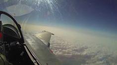 En vol avec les Rafale armés de missiles SCALP pour frapper Daech. Mardi 15 décembre 2015 en fin de matinée, les forces françaises ont conduit un raid aérien contre une position de Daech situé en Irak, dans la région d'Al Qaim, dans l'Ouest du pays à la frontière entre l'Irak et la Syrie.