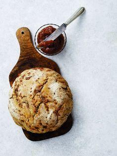 (Fra VoresVilla Oktober 2013)   Brød med valnødder og øl – bagt i støbejernsgryde. Æble- og pæresmør.