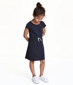 Sieh's dir an! CONSCIOUS. Jerseykleid mit Kurzarm aus weicher Bio-Baumwollmischung. Das Kleid ist in der Taille mit einem elastischen Kordelzug abgesetzt. – Unter hm.com gibt's noch viel mehr.