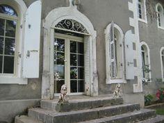 Beautiful big door with lions. Belle porte ancienne de château.