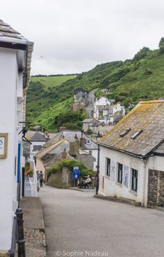 England Travel Inspiration - Port Isaac main street: A traditional Century Fishing village in Cornwall, England Travel Europe Cheap, Italy Travel, Devon And Cornwall, North Cornwall, North Wales, Port Isaac, Europe Destinations, Holiday Destinations, England And Scotland