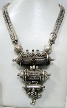 Coucou les filles, Vous voulez adopter la mode vintage ? N'oubliez pas de l'accessoiriser. Et pour se faire il vous faut des bijoux vintages. Voici quelques modèles incontournables. *** ...