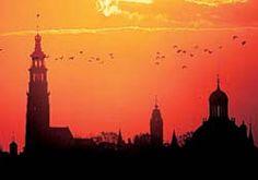 De skyline van Middelburg met oranje lucht
