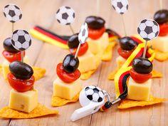 So wird Ihre Fußball-Party nicht zur Kalorienfalle   eatsmarter.de