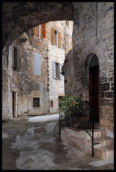 De alleys of de medieval Quartiere San Martino in ancient Gubbio, Perugia, Umbria_ Italy