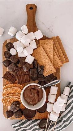 Charcuterie Recipes, Charcuterie Board, Charcuterie Spread, Charcuterie Picnic, Kreative Desserts, Comida Diy, Sleepover Food, Party Food Platters, Good Food