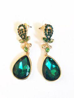 Espectaculares pendientes en tonos dorados y verde esmeralda, destaca tus orejas con estos pendientes. Lúcelos con un vestido o jeans. De manera formal o informal le dará un toque sofiscicado a tus looks.