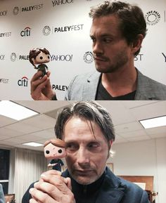 Mads Mikkelsen e Hugh Dancy com os bonequinhos de Hannibal Lecter e Wil Graham.