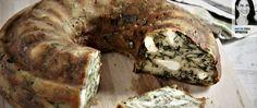 Αυτό το κέικ δίνει ατόφια τη γεύση της κλασικής σπανακόπιτας με ελάχιστο κόπο και χωρίς να διεκδικεί το ταλέντο της νοικοκυράς στα μυστικά του πλάστη.