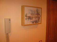 Un marco para ocultar el cuadro de luz con un par de marcos Ribba de Ikea.
