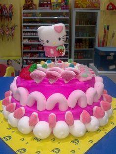 Hello Kitty es la protagonista de esta tarta que vas a poder encontrar en el escaparate de Dulce Diseño Nervión.
