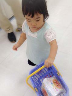 """""""Shopping by one person""""  04.Sep.2014  """"初めてのお買い物""""  小さなカゴで初めてのお買い物〜♪  選んだ物は〜アンパンマンのお菓子でした♡"""