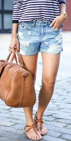 Short rasgado, sandalias cafés y cartera de cuero