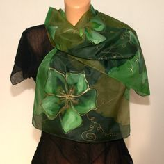 Zelená+hedvábná+šála+s+květy+Luxusní+zelená+hedvábná+šála,+ručně+barvená,+malovaná+technikou+akvarelu+s+motivem+velkých+květů.+Zafixovaná+žehlením.+Rozměr+šály+je+150+x+40+cm.