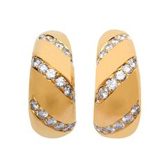 Bold dimensional diamond hoops from Bulgari. A statement casual to after five. Bulgari Jewelry, Gemstone Jewelry, Gold Jewelry, Jewelery, Bijoux Design, Gold Jewellery Design, Bridal Jewellery, Mini Hoop Earrings, Italian Jewelry
