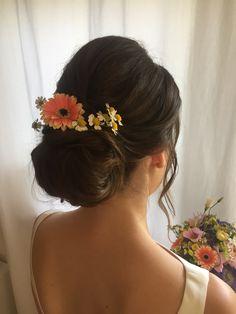 Natürliche Brautfrisur mit Blumen 💐 Up Hairstyles, Wedding Hairstyles, Wedding Hair Up, Braut Make-up, Orange Flowers, Cassie, Fashion, Weddings, Wedding Hair Curls