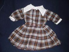 alte-Puppenkleidung-braun-weiss-kariertes-Kleid-mit-weissem-Kragen