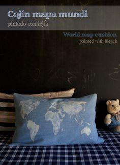 Cojin mapa mundi pintado con lejia por La Factoría Plástica / World map cushion painted with bleack by La Factoría Plástica