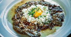 Älglövbiff med pytt i panna och rå äggula Steak Au Poivre, Mini Burgers, Sauerkraut, Feta, Paleo, Food And Drink, Rice, Nutrition, Cooking