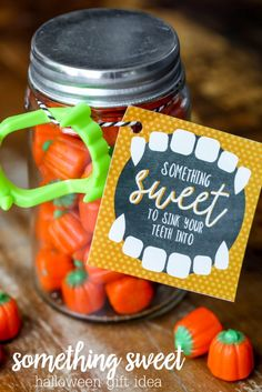 DIY something sweet Halloween gift in a Mason Jar from The Idea Room diy halloween recipes Halloween Teacher Gifts, Halloween Tags, Easy Halloween, Holidays Halloween, Halloween Crafts, Halloween Printable, Halloween Fashion, Diy Ombre, Samhain