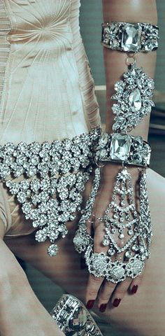 Can we say bling bling? Bling Bling, Gothic 3, Ring Armband, Ideas Joyería, Jewelry Accessories, Fashion Accessories, Bijoux Art Deco, Vogue, Glitz And Glam