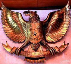 "Garuda Pancasila. Ini dia yang menjadi dasar negara bangsa Indonesia. Dengan adanya Pancasila, bangsa Indonesia yang memiliki beragam suku, agama, dan budaya dapat bersatu melalui semboyan yang dibawa oleh burung Garuda yaitu ""Bhineka Tunggal Ika"" yang artinya ""Walaupun kita berbeda-beda tapi tetap satu jua"". I Love Indonesia @XL Axiata #PINdonesia"