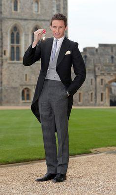 英国の俳優、エディ・レッドメイン(Eddie Redmayne)が、2016年12月2日(金)に行われた大英帝国勲章の授賞式にてアレキサンダー・マックイーン(ALEXANDER McQUEEN)を着用...