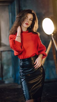 Beautiful women wearing tight leather skirts and dresses. Long Leather Skirt, Black Leather Skirts, Leather Dresses, Tight Pencil Skirt, Pencil Skirt Outfits, Elegantes Outfit Frau, Look Legging, Casual Chique, Leder Outfits