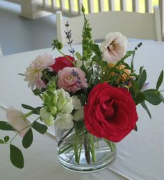 Summer centerpiece at Grand Isle Lake House, Designed by Alison Ellis of Floral Artistry.