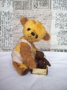 Rol Rolík nemá rád samotu, a proto ho na každém kroku doprovází jeho malinkatý medvědí kamarád. Spolu si pak vyhrají celý den:-). Bears, Teddy Bear, Animals, Animales, Animaux, Bear, Animal, Teddybear, Animais